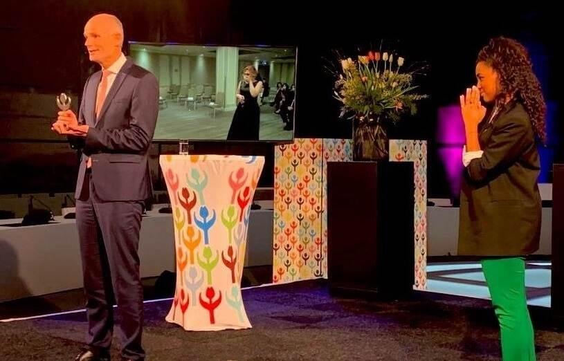 Minister Blok tijdens de uitreiking van de Mensenrechtentulp